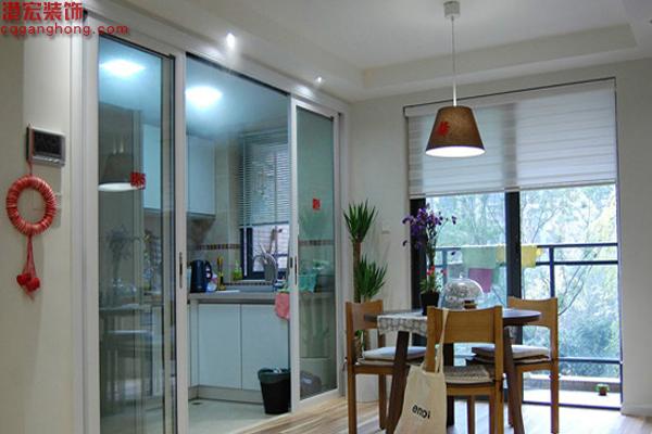 重庆港宏装修设计公司小编一起来欣赏 厨房与餐厅玻璃隔断门装修效果